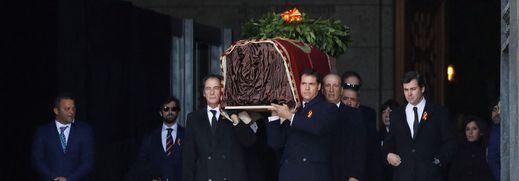 El helicóptero con el féretro de Franco llegó a Mingorrubio entre insultos a Sánchez y el 'Cara al sol'
