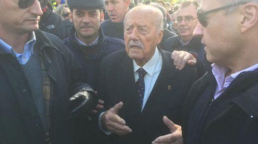 El golpista Antonio Tejero, vitoreado a su llegada al cementerio de Mingorrubio