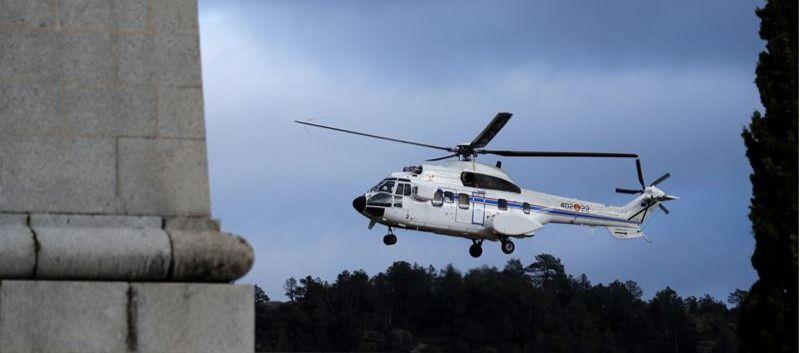 El helicóptero que transportará el féretro con los restos mortales de Francisco Franco hasta el cementerio de El Pardo-Mingorrubio, un Super Puma del Ejército del Aire