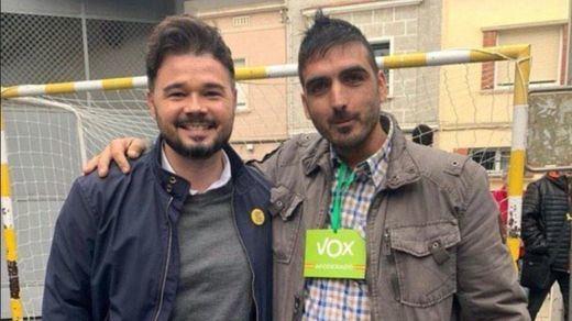 La polémica foto de Rufián con un apoderado de Vox