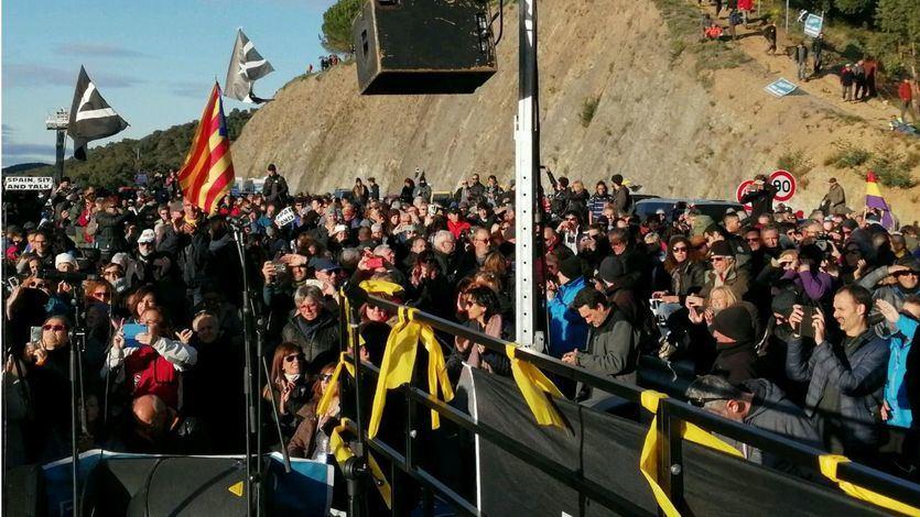 El colectivo independentista 'Tsunami Democràtic' mantiene cortada la AP-7 en la frontera con Francia
