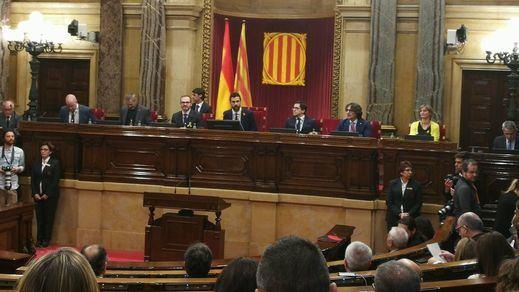 El Parlament aprueba la moción independentista suspendida de forma paralela por el Constitucional