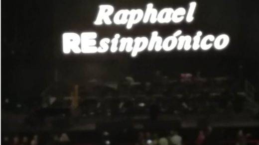 """Raphael volvió a armar su """"lío"""" habitual en Barcelona: entusiasmó al público del Palau Sant Jordi """"en carne viva"""""""