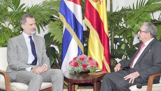 Publican la foto de la entrevista que iba a ser 'secreta' entre el rey Felipe y Raúl Castro