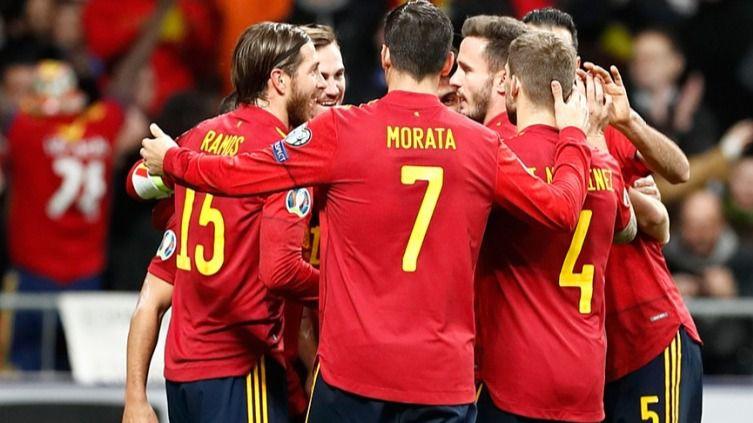 España acaba la fase de clasificación goleando a Rumanía (5-0) pero inmersa en el caos institucional
