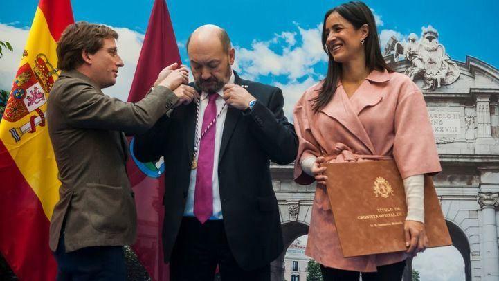 José Luis Martínez-Almeida, alcalde, impone la distinción de Cronista de la Villa a Constantino Mediavilla, a quien acompaña la vicealcaldesa Begoña Villacís