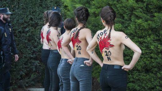 Con valor y al desnudo: activistas de Femen boicotean un acto de la Falange en Madrid