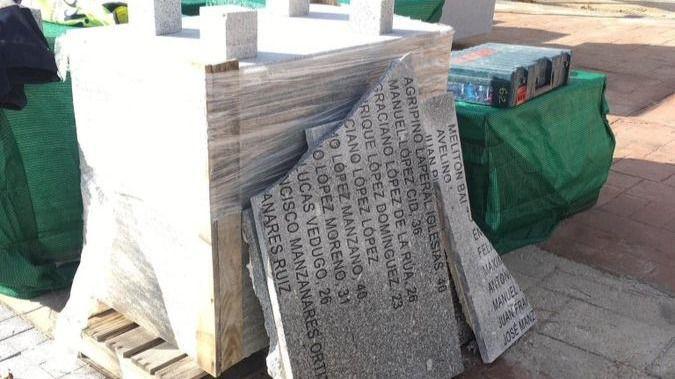 Las placas del memorial de La Almudena, destruidas