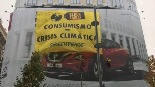 Greenpeace despliega una gran pancarta en plena Gran Vía contra el Black Friday y el consumismo