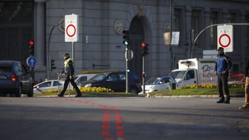 Un agente de movilidad y un policía municipal, en la entrada de Madrid Central