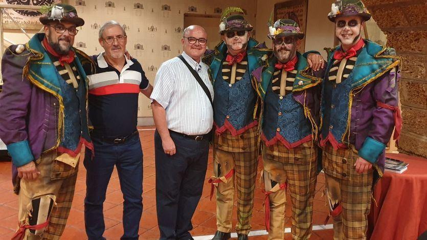 El autor del libro con algunos componentes del 'Coro Los del patio', vencedor en el concurso de este año de los Carnavales.