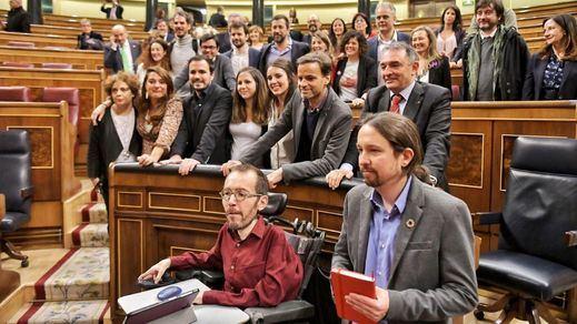 Iglesias rompe a llorar junto a Echenique tras la investidura de Sánchez