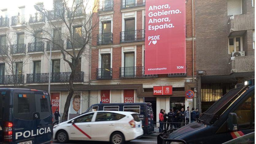 Los okupas desalojados del Hogar Social Madrid asaltan la sede del PSOE