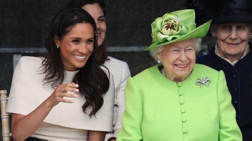 La reina Isabel II da su brazo a torcer pero da un 'periodo de transición' a Harry y Meghan Markle