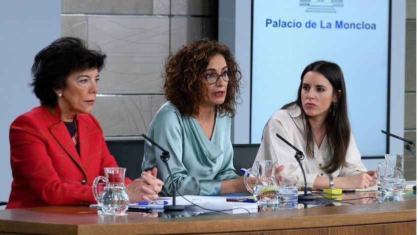 La ministra de Hacienda y portavoz del Gobierno, María Jesús Montero, la ministra de Educación y Formación Profesional, Isabel Celaá, y la ministra de Igualdad, Irene Montero, durante la rueda de prensa posterior al Consejo de Ministros