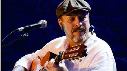 Javier Ruibal se aflamenca para hacer el paseíllo en la legendaria Casa Patas (vídeo con una canción en directo)