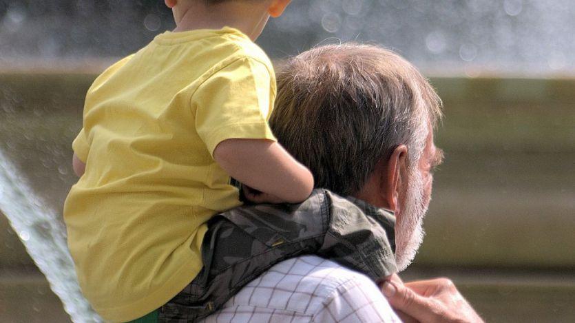 La opinión del experto: ¿deberían cobrar los abuelos por el cuidado de los nietos?