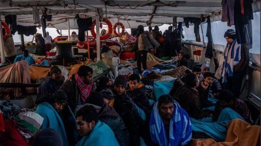 El Open Arms logra desembarcar en Italia a 363 náufragos rescatados en el Mediterráneo