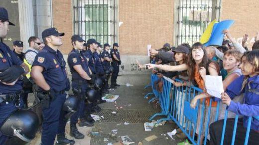 Los activistas de 'Rodea el Congreso' de 2013 se libran de ir a la cárcel por delito de atentado