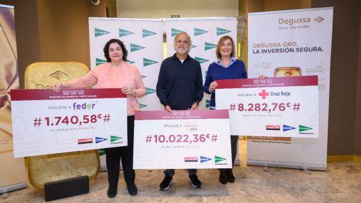 Responsables de Fundación Aladina, Cruz Roja y Feder portando los cheques del Roscón Solidario de El Corte Inglés