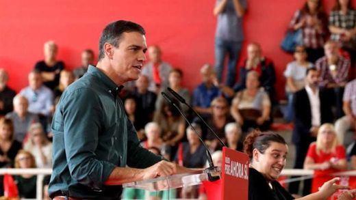 Sánchez acusa a Feijóo de esconder las siglas del PP en Galicia