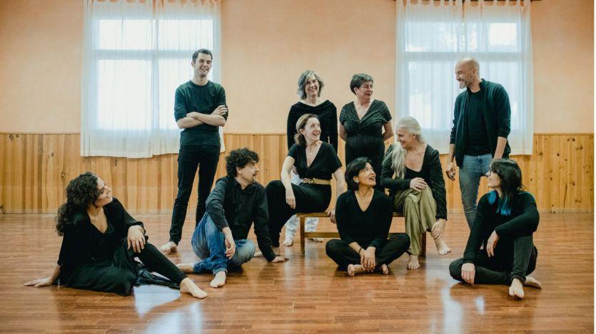 'Andando' se llega a una magnífica y original fusión de las artes escénicas que incluye teatro, poesía, música, baile y mucho más