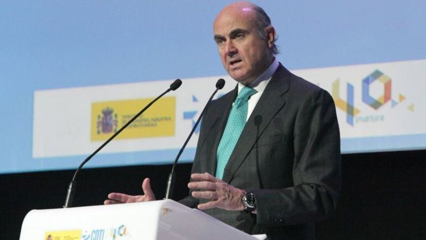 Luis de Guindos defiende una renta básica de emergencia por el coronavirus