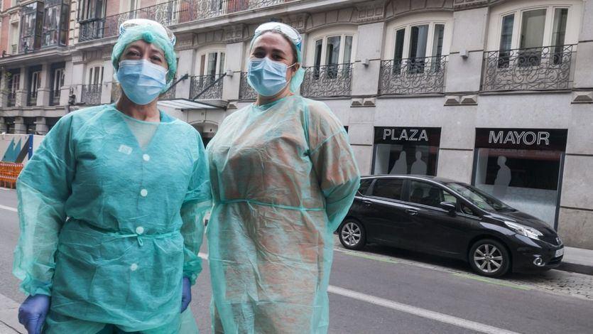 Sanitarios con síntomas leves de coronavirus se reincorporarán al trabajo al cumplir sólo la mitad de la cuarentena