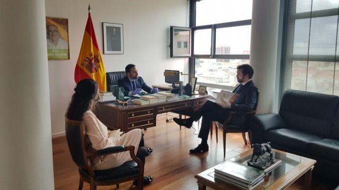 Así es la nueva mesa de despacho de Santiago Abascal tras las críticas