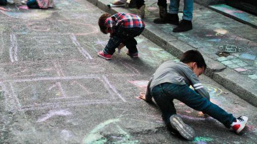 Paseos con niños: los últimos retoques y novedades que estudia el Gobierno para relajar el confinamiento