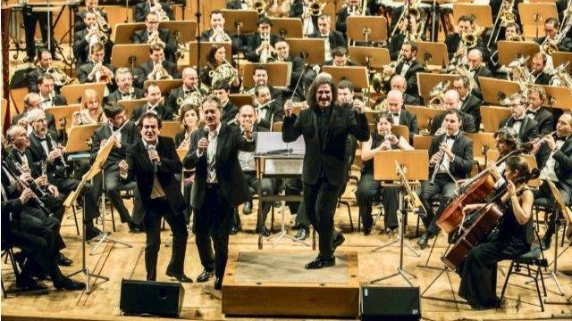 Disfrute con el Dúo Dinámico cantando en directo su ya legendario 'Resistiré' con una gran orquesta sinfónica y Luis Cobos al frente