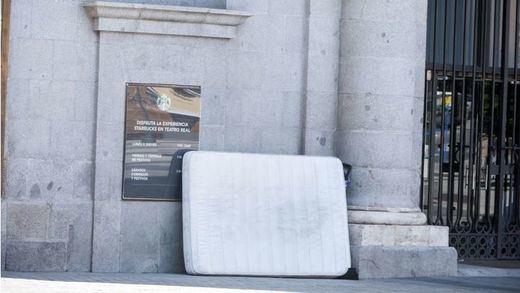 Colchones abandonados por posibles pacientes de coronavirus, en las calles de Madrid