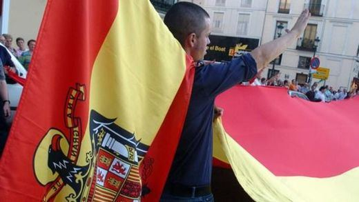 Los franquistas, carlistas y ultraderechistas toman la primera línea de las protestas contra el Gobierno