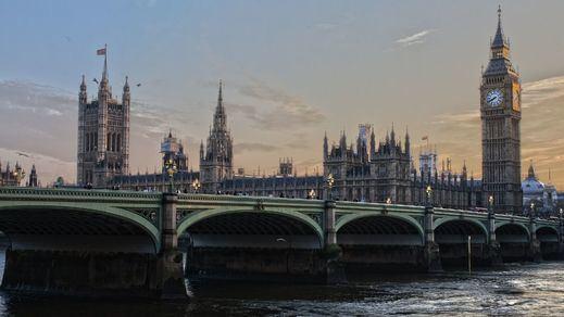Como hizo España, pero más tarde, Reino Unido impone una polémica cuarentena de 14 días a los viajeros
