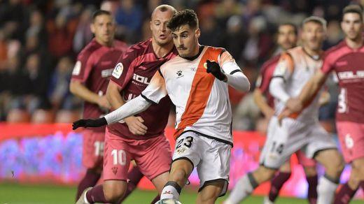 El fútbol vuelve en España con la reanudación del partido suspendido por la presencia de Zozulia en Vallecas