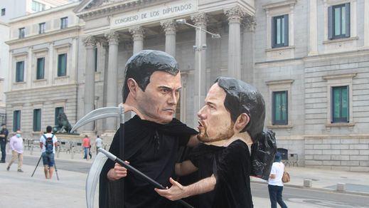 Sánchez e Iglesias, representados como cabezudos de negro y guadaña en mano: la nueva performance de HazteOír