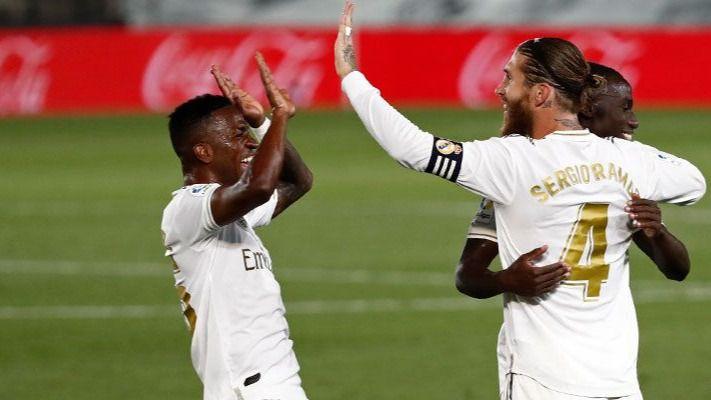 El Real Madrid hace pleno, 4 de 4, y sigue líder con polémica (2-0)