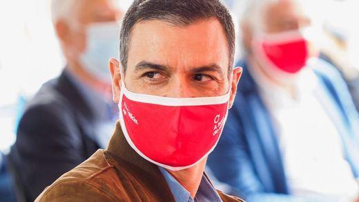 Sánchez confirma a los periodistas en el vuelo a la cumbre del Sahel sus planes para los Presupuestos