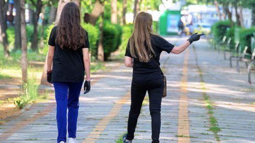 El falso mito sobre vestir de blanco y negro en verano... ¿qué da más calor?