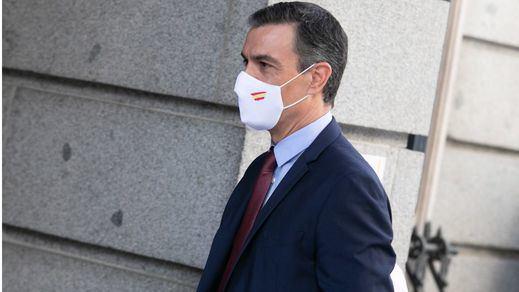 Sánchez contraataca en la 'guerra de las mascarillas' con la bandera de España