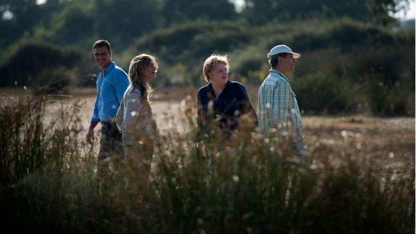 Foto de archivo de Pedro Sánchez junto a Angela Merkel y sus respectivas parejas durante una visita al Parque Nacional de Doñana