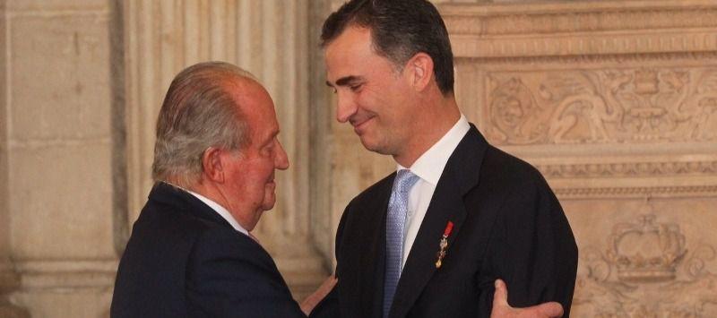 El rey Juan Carlos, cercado por los escándalos, anuncia que abandona España