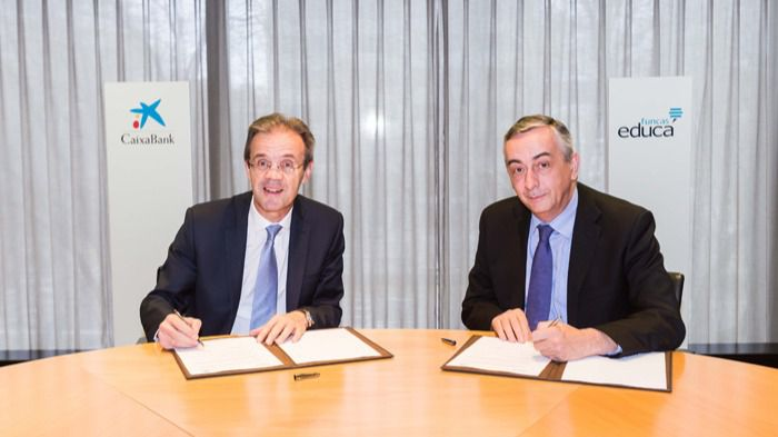 El presidente de CaixaBank, Jordi Gual, y el director general de la Fundación de las Cajas de Ahorro (Funcas), Carlos Ocaña, durante la firma del acuerdo en 2018