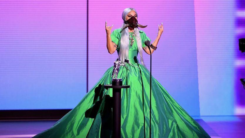 Lady Gaga causa furor con sus llamativas mascarillas