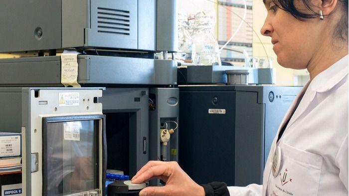 Una investigadora en el laboratorio de tecnología de alimentos de la UdL
