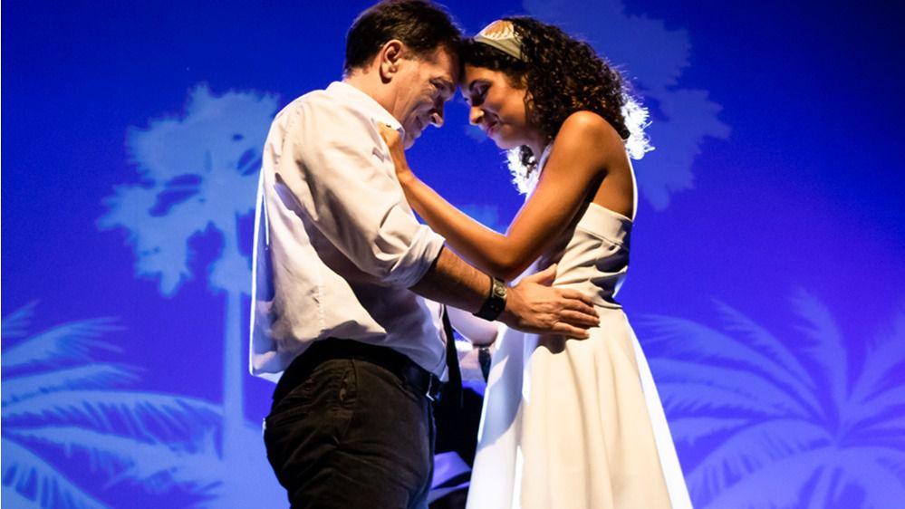 Adriana Garía, a la derecha durante su interpretación en 'La canción de Ipanema'