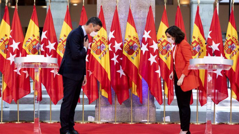 El comentado despliegue de banderas en la rueda de prensa de Sánchez y Ayuso