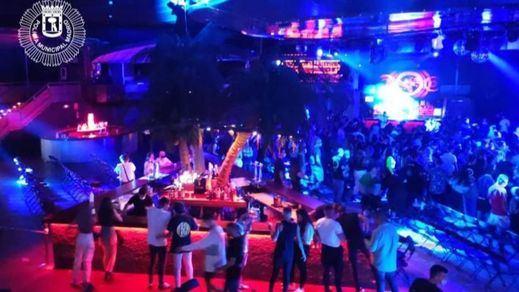 La Policía desalojó la sala La Riviera con 300 personas bailando sin mascarilla ni distancia