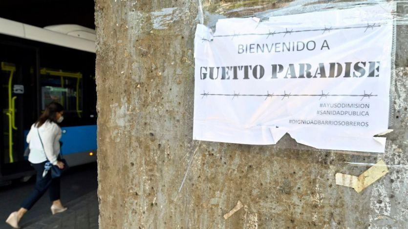 'Bienvenido al Guetto': los carteles en Puente de Vallecas contra las restricciones de Ayuso