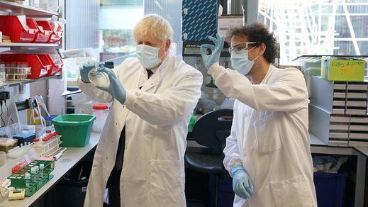 Reino Unido esquiva otro confinamiento pero admite un momento 'peligroso' de la pandemia